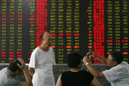People talk in front of an electronic board at a brokerage house in Wuhan, Hubei province, August 13, 2008. REUTERS/Stringer