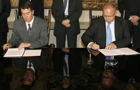 U.S. chief negotiator John Rood (L) and Polish Deputy Foreign Minister Andrzej Kremer sign a missile shield preliminary deal at the Ministry of Foreign Affairs in Warsaw August 14, 2008. REUTERS/Kacper Pempel