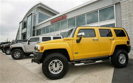 Hummer vehicles are displayed outside a dealership in Chantilly, Virginia, June 3, 2008. REUTERS/Kevin Lamarque
