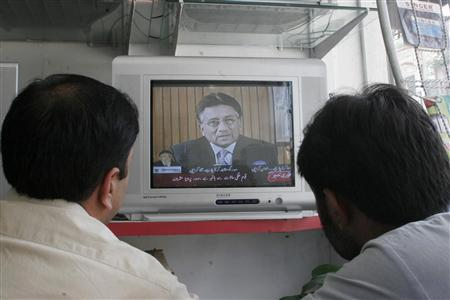 Men watch a televised speech of President Pervez Musharraf to the nation in Mansehra August 18, 2008. REUTERS/Ibrar Tanoli