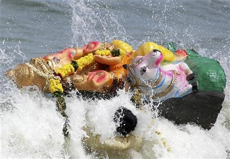 Devotees carry an effigy of Hindu Lord Ganesha for immersion in the Marina beach in the southern Indian city of Chennai September 23, 2007. REUTERS/Babu
