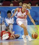 <p>Россиянка Илона Корстинс контролирует мяч после отбора у Элизы Агвилар из сборной Испании в 1/4 финала олимпийского турнира в Пекине 19 августа 2008 года. Женская сборная России по баскетболу вышла в полуфинал олимпийского турнира. REUTERS/Jason Lee</p>
