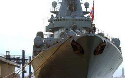 <p>Крейсер Москва ВМФ РФ в порту Неаполя 12 июля 2005 года. Возвращение кораблей Черноморского флота России от берегов Грузии к месту базирования в украинском Севастополе, которое Министерство обороны Украины анонсировало на утро среды, откладывается. REUTERS/HO/Alan Burns-NATO</p>