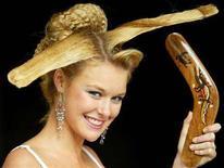 <p>Una modella con pettinatura a forma di boomerang ad un concorso per parrucchieri REUTERS/Will Burgess</p>