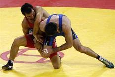<p>Турецкий борец Рамазан Сахин (в красном) борется с Отаром Тушишвили в полуфинале на Олимпиаде в Пекине 20 августа 2008 года. Турецкий борец Рамазан Сахин завоевал первую золотую медаль для своей страны в вольной борьбе в категории до 66 килограммов. REUTERS/Oleg Popov (CHINA)</p>