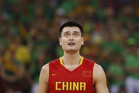 Yao Ming of China looks up during a men's quarter-final basketball game against Lithuania at the Beijing 2008 Olympic Games August 20, 2008. REUTERS/Lucy Nicholson