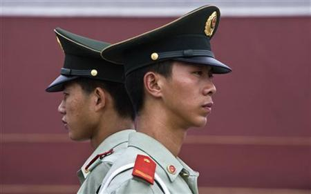 Paramilitary policemen stand guard near Tiananmen Square in Beijing August 12, 2008. REUTERS/Nir Elias