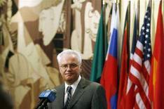 <p>Постоянный представитель России в ООН Виталий Чуркин выступает перед журналистами после заседания Совбеза ООН 11 августа 2008 года. Россия в среду представила Совету Безопасности ООН подготовленный ею новый проект резолюции по Южной Осетии, призванный установить мир в Грузии, - на следующий день после того, как наложила вето на предыдущий вариант документа. REUTERS/Keith Bedford (США)</p>