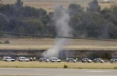 <p>Клубы дыма поднимаются над местом авикатастрофы в аэропорту Мадрида 20 августа 2008 года. В результате произошедшей вчера авиакатастрофы в аэропорту Мадрида погибли 153 человека, сообщило правительство Испании. REUTERS/Paul Hanna (SPAIN)</p>