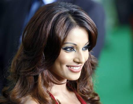 Bollywood actress Bipasha Basu arrives for the International Indian Film Academy Awards (IIFA) in Sheffield, northern England, June 9, 2007.   REUTERS/Darren Staples/Files
