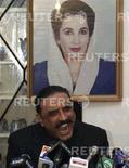 <p>Азиф Али Зардари, муж убитой боевиками экс-премьера Беназир Бхутто, на пресс-конференции 2 января 2008 года. REUTERS/Nadeem Soomro (PAKISTAN)</p>