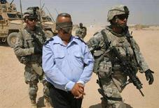 """<p>Американские военнослужащие конвоируют задержанного в городе Бакуба, Ирак. Ирак и США близки к подписанию соглашения о продлении присутствия американских войск в Ираке, но любые сроки вывода войск должны быть """"осуществимы"""", сообщила в четверг госсекретарь США Кондолиза Райс. REUTERS/Andrea Comas</p>"""