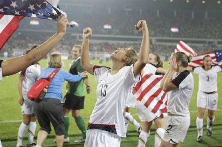 Tobin Heath of the U.S. (C) celebrates after the U.S. defeated Brazil to win the gold medal in women's soccer at the Beijing 2008 Olympic Games, August 21, 2008. REUTERS/Daniel Aguilar