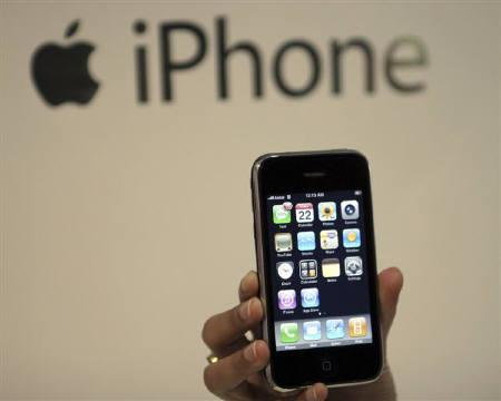 A man holds his new Apple 3G iPhone at Telcel Center in Kolkata August 22, 2008. REUTERS/Jayanta Shaw