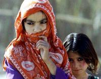 <p>Дети афганских беженцев в лагере, 31 октября 2001 года. Соединенные Штаты Америки выделили Таджикистану два гранта на общую сумму $13,4 миллиона на укрепление границы с Афганистаном - основным поставщиком наркотиков в Россию и Европу, сообщило посольство США в пятницу. REUTERS/Alexander Demianchhuk</p>
