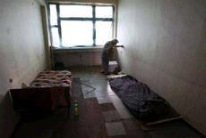 <p>Пожилая женщина в комнате, предназначенной для беженцев в Тбилиси, 21 августа 2008 года. Верховный комиссар ООН по делам беженцев в пятницу прибыл в Цхинвали и призвал к скорейшему добровольному возвращению беженцев в Южную Осетию. REUTERS/Gleb Garanich (GEORGIA)</p>