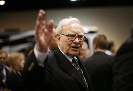 Billionaire financier and Berkshire Hathaway Chief Executive Warren Buffett greets shareholders during the Berkshire Hathaway Annual Shareholders meeting in Omaha, Nebraska May 3, 2008. REUTERS/Carlos Barria