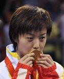 <p>La giocatrice di ping pong cinese Zhang Yining con la sua medaglia REUTERS/Joe Chan</p>