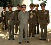 <p>Лидер КНДР Ким Чен Ир посещает военную базу, 11 августа 2008 года. Япония ускорит пересмотр своей оборонной политики, будучи обеспокоена ростом военной мощи Китая и возможными действиями непредсказуемой Северной Кореи, сообщили японские СМИ. REUTERS/KCNA (NORTH KOREA).</p>