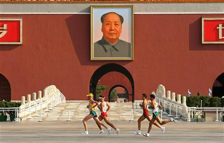 Athletes run under a portrait of China's late Chairman Mao Zedong during the men's marathon at the Beijing 2008 Olympic Games August 24, 2008.REUTERS/Carl De Souza/Pool