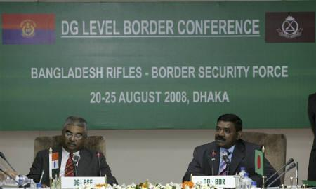 Director General of India's Border Security force (BSF) Ashish Kumar Mitra (L) and Director General of Bangladesh Rifles (BDR) Major General Shakil Ahmed attend a news conference in Dhaka August 24, 2008. REUTERS/Andrew Biraj