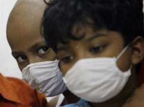 <p>Bambini affetti da tumore partecipano ad un workshop di pittura a Mumbai, in un'immagine d'archivio. REUTERS/Arko Datta (India)</p>