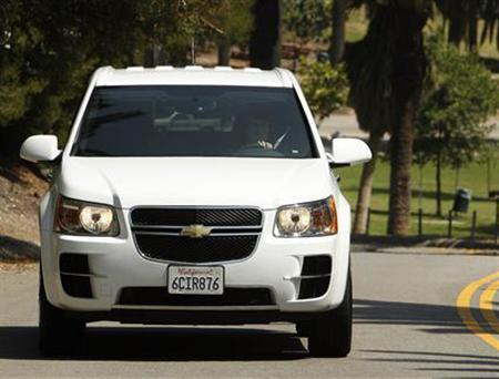 A Chevrolet Equinox Fuel Cell test vehicle is seen in Los Angeles, June 10, 2008. REUTERS/Mario Anzuoni