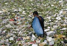 <p>Un uomo scava tra i rifiuti in una discarica di Manila. REUTERS/Cheryl Ravelo</p>