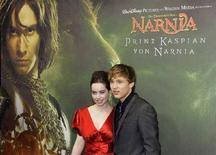 """<p>L'attrice britannico Anna Popplewell assieme al collega William Moseley alla prima tedesca di """"Le cronache di Narnia: il principe Caspian"""". REUTERS/Michaela Rehle</p>"""