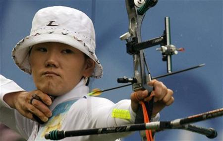 Park Sung-hyun of South Korea takes aim during her women's individual semi-final archery round against Kwon Un-sil of North Korea at the Beijing 2008 Olympic Games August 14, 2008. REUTERS/Ruben Sprich