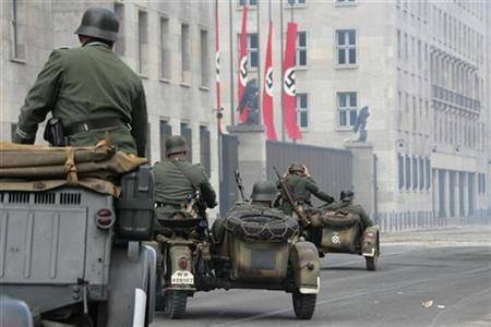 Actors dressed as Nazi soldiers are pictured in front of the Finance Ministry, formerly Air Force Ministry (Reichsluftfahrtministerium), during production of the film 'Valkyrie' in Berlin, August 18, 2007. REUTERS/Hannibal Hanschke