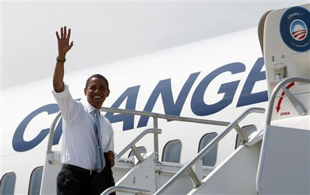Democratic presidential candidate Senator Barack Obama (D-IL) waves from the steps of his campaign plane in Kansas City, Missouri, August 26, 2008. REUTERS/Jim Young