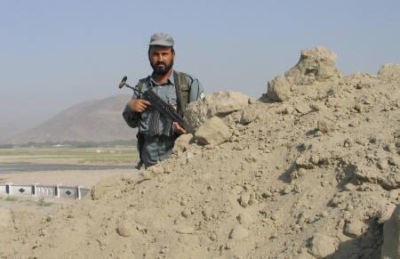 8月27日、アフガン警察が拉致された日本人の遺体を収容、下山を試みる。写真はナンガハル州でハイウェイを警戒中の警察官(2008年 ロイター/Rafiq Shirzad)