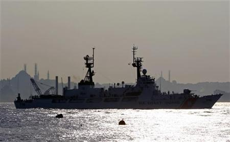 U.S. Coast Guard Cutter Dallas, second of U.S. vessels on their way to Georgia with humanitarian aid, sails through the Bosphorus in Istanbul, August 24, 2008. REUTERS/Fatih Saribas