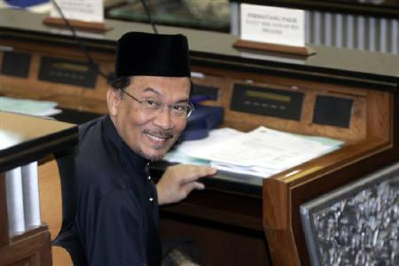 Malaysia's opposition figure Anwar Ibrahim acknowledges journalists as he sits after being sworn in as a member of parliament at the parliament house in Kuala Lumpur, August 28, 2008. REUTERS/Bazuki Muhammad