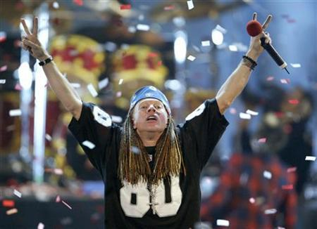 Axel Rose of ''Guns N' Roses'' sings at the 2002 MTV Video Music Awards at Radio City Music Hall in New York, August 29, 2002. REUTERS/Gary Hershorn