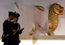 <p>Immagine di due carabinieri davanti alla statua del Loene d'oro simbolo del Festival del cinema di Venezia. REUTERS/Denis Balibouse (ITALY)</p>
