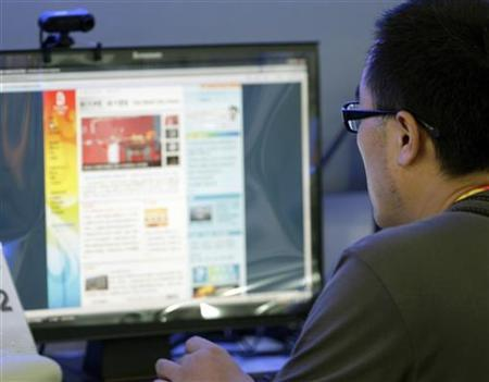 A journalist uses a computer at the Main Press Center in Beijing August 1, 2008. REUTERS/Daniel Aguilar