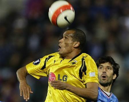 AEK Athens' Rivaldo (L) heads the ball as Getafe's David Belenguer watches during their UEFA Cup third round soccer match at Coliseum Alfonso Perez stadium in Getafe in this file photo from February 21, 2008. Rivaldo has left AEK Athens to join Uzbekistan side Bunyodkor, the Greek Super League club has announced.REUTERS/Susana Vera(