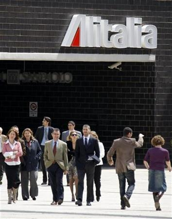 Workers leave during a lunch break at Alitalia's headquarters in Rome, April 24, 2008. REUTERS/Chris Helgren
