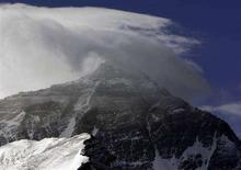<p>Самая высокая мировая вершина - гора Эверест покрыта облаками, 8 мая 2008 года Жительница Британии первой из женщин планирует совершить парашютный прыжок через гору Эверест - самую высокую мировую вершину, сообщили организаторы спортивного события в воскресенье. REUTERS/David Gray (CHINA)</p>