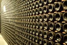 <p>Des physiciens nucléaires français ont mis au point une méthode d'authentification des vins de grand cru en soumettant les bouteilles au faisceau d'ions d'un accélérateur de particules. /Photo d'archives/REUTERS/Manuel Silvestri</p>