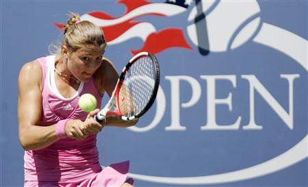 Dinara Safina of Russia hits a return shot to Anna-Lena Groenefeld of Germany during their match at the U.S. Open tennis tournament at Flushing Meadows in New York, September 1, 2008. REUTERS/Eduardo Munoz