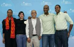 <p>Il regista etiope Haile Gerima (al centro) posa con gli attori Aaron Arefe (2ndo da destra), Abeye Tedla (destra), Evelyn Johnston-Arthur (sinistra) e Veronika Avraham al Festival di Venezia. REUTERS</p>