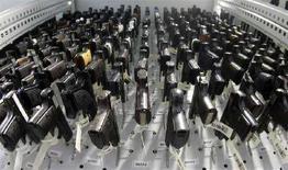 <p>Коллекция пистолетов в Институте криминалистики в Висбадене. Фотография сделана 29 февраля 2008 года. Уникальная коллекция охотничьих ружей и пистолетов, когда-то принадлежавших экс-главе ГДР Эриху Хонеккеру и его ближайшим помощникам, будет выставлена на торги в следующем месяце, сообщил во вторник немецкий аукционный дом. REUTERS/Alex Grimm</p>