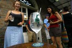 """<p>Жители Нового Орлеана празднуют завершение урагана """"Густав"""". Фотография сделана 2 сентября 2008 года. В то время, как ураган """"Густав"""" бушевал вчера на опустевших улицах Нового Орлеана, послания, которые оставляли на своих домах убегающие от стихии жители, свидетельствуют об их непотопляемом чувстве юмора. REUTERS/Sean Gardner</p>"""