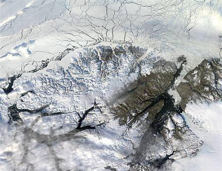 9月2日、北極地域の巨大な氷棚が崩落して海上を漂流していることが明らかに。写真は2003年のエルズミーア島北部の航空写真。NASA提供(2008年 ロイター)