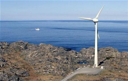 A windmill stands next to the North Sea in Utsira, Norway, April 22, 2008. REUTERS/Wojciech Moskwa