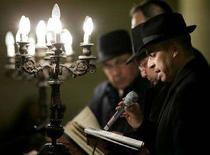 <p>Un rabbino legge una preghiera nella sinagoga di Roma in una foto d'archivio. REUTERS/Tony Gentile PP06010098</p>