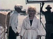 """<p>Un film amateur datant de 1959, tourné en 8 mm pendant le tournage de """"Certains l'aiment chaud"""" et montrant Marilyn Monroe et son partenaire Tony Curtis, sera mis aux enchères le 25 septembre à Melbourne. /Image diffusée le 4 septembre 2008/REUTERS/Charles Leski Auctions</p>"""